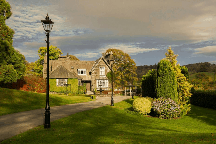 Broadoaks Country House with Victorian Lamposts and sweeping drive